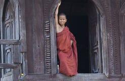 Jeune moine bouddhiste dans Myanmar (Birmanie) Image libre de droits