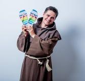 Jeune moine catholique avec des bascules électroniques de vacances Images libres de droits