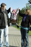 Jeune momie et papa jouant avec leur descendant photo libre de droits