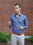 Jeune monsieur avec une chemise habillée bleue photos libres de droits