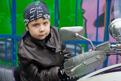 Jeune motard sur une moto photographie stock