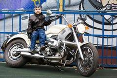 Jeune motard sur une moto photos stock