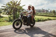 Jeune motocyclette d'équitation de couples Photographie stock libre de droits