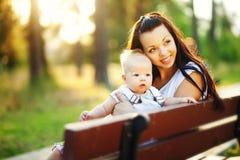 Jeune mère avec le bébé infantile dehors Photos stock