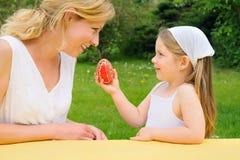 Jeune mère et descendant ayant le temps de Pâques Photographie stock libre de droits