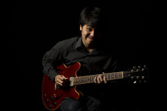 Jeune musicien asiatique jouant la guitare Photos libres de droits