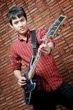 Jeune musicien beau jouant la guitare images libres de droits