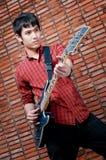 Jeune musicien beau jouant la guitare photographie stock