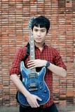 Jeune musicien beau jouant la guitare images stock