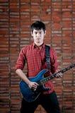 Jeune musicien beau jouant la guitare image libre de droits