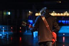 Jeune musicien de roche sur l'étape jouant la guitare Images libres de droits