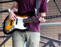 Jeune musicien jouant la guitare à la rue pendant le fest de musique photos libres de droits
