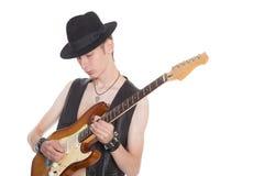 Jeune musicien jouant sur la guitare électrique Photo stock