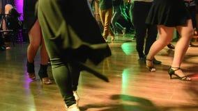 Jeune musique grecque de danse de personnes masculines et féminines banque de vidéos