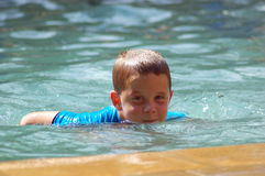 Jeune natation de garçon Photos libres de droits