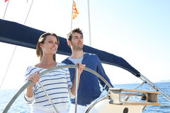 Jeune navigation de couples en mer image libre de droits