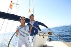 Jeune navigation de couples sur le bateau photos libres de droits