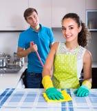 Jeune nettoyage de couples à la cuisine Photos libres de droits