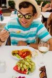 Jeune nourriture mangeuse d'hommes heureuse dans l'hôtel Tout le concept inclus Vacances d'été images stock