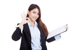 Jeune OK asiatique de femme d'affaires avec le presse-papiers Photos libres de droits