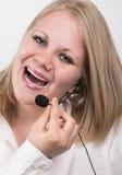 Jeune opérateur de téléphone féminin riant Image stock