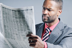 Jeune ordinateur portable de Being Sneaky On d'homme d'affaires d'Afro-américain images libres de droits