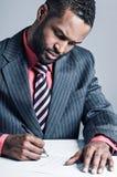 Jeune ordinateur portable de Being Sneaky On d'homme d'affaires d'Afro-américain image stock