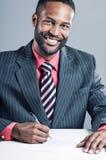 Jeune ordinateur portable de Being Sneaky On d'homme d'affaires d'Afro-américain Photographie stock