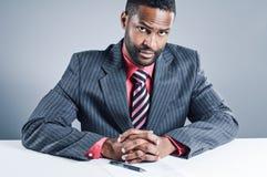 Jeune ordinateur portable de Being Sneaky On d'homme d'affaires d'Afro-américain photos stock