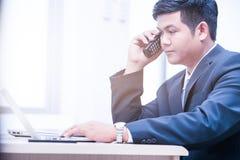 Jeune ordinateur portable de dactylographie d'homme d'affaires Photo stock