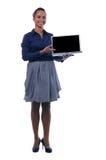 Jeune ordinateur portatif attrayant de fixation de femme d'affaires Image libre de droits