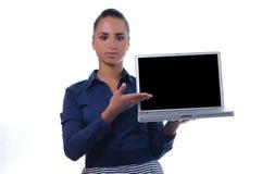 Jeune ordinateur portatif attrayant de fixation de femme d'affaires Image stock