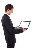 Jeune ordinateur portatif de fixation d'homme d'affaires Photos libres de droits
