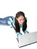 Jeune ordinateur portatif hispanique de femme Images libres de droits