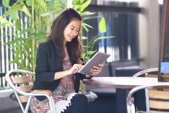 Jeune oudoor de travail de femme d'affaires, dans un café photos libres de droits
