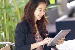 Jeune oudoor de travail de femme d'affaires, dans un café photographie stock