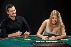 Jeune ouple de  de Ñ jouant le tisonnier, femme prenant des jetons de poker après gain Photos libres de droits