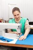 Jeune ouvrière couturière au travail Photo stock