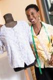 Jeune ouvrière couturière et son mannequin Photos libres de droits