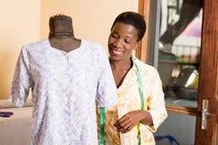 Jeune ouvrière couturière et son mannequin Image libre de droits