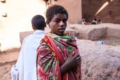 Jeune pèlerin chrétien dans Lalibela images libres de droits