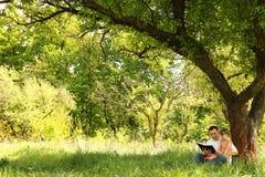 Jeune père avec sa petite fille lisant la bible photo libre de droits