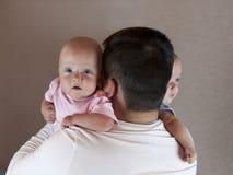 Jeune père avec ses jumeaux nouveau-nés Foyer sélectif images stock
