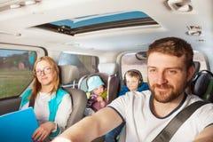 Jeune père conduisant sa voiture familiale photographie stock libre de droits
