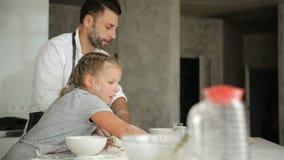 Jeune père Cooking avec sa fille mignonne Ils regardent tellement assez ensemble clips vidéos