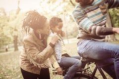 Jeune père d'Afro-américain conduisant la fille sur le vélo Photo libre de droits