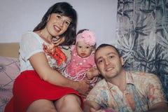 Jeune père de consister de famille, mère et petite fille dans la chambre Photo stock