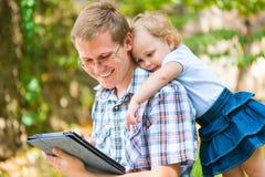 Jeune père et petite fille ayant l'amusement image libre de droits