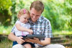 Jeune père et petite lecture de fille Photo stock