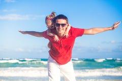 Jeune père et sa petite fille adorable photos libres de droits